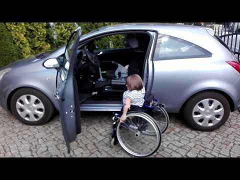 Samochód dostosowany dla osoby niepełnosprawnej na wózku jako kierowcy.
